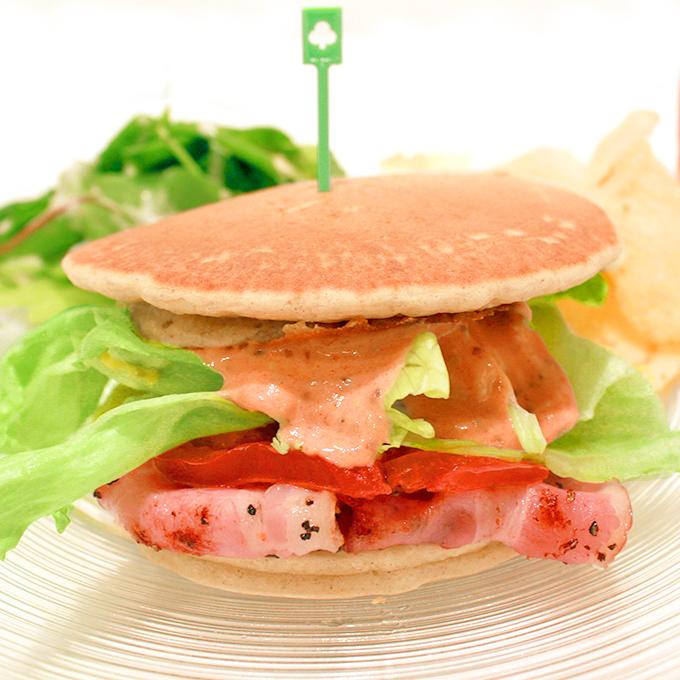 パンケーキBLTサンドイッチ